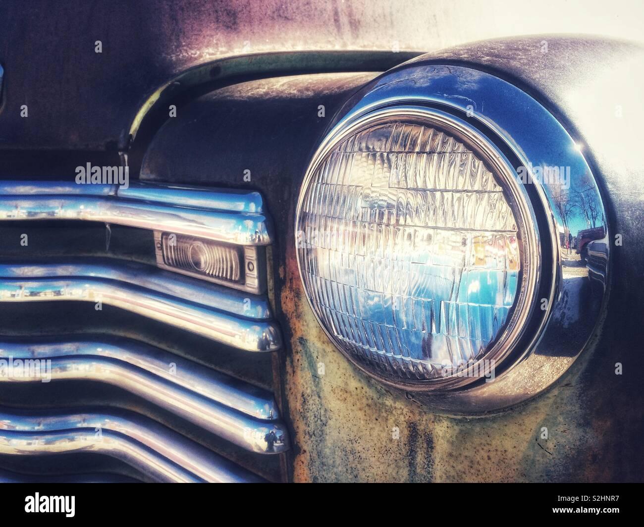 Un tocco di cielo blu riflessione su questa vecchia macchina. Foto Stock