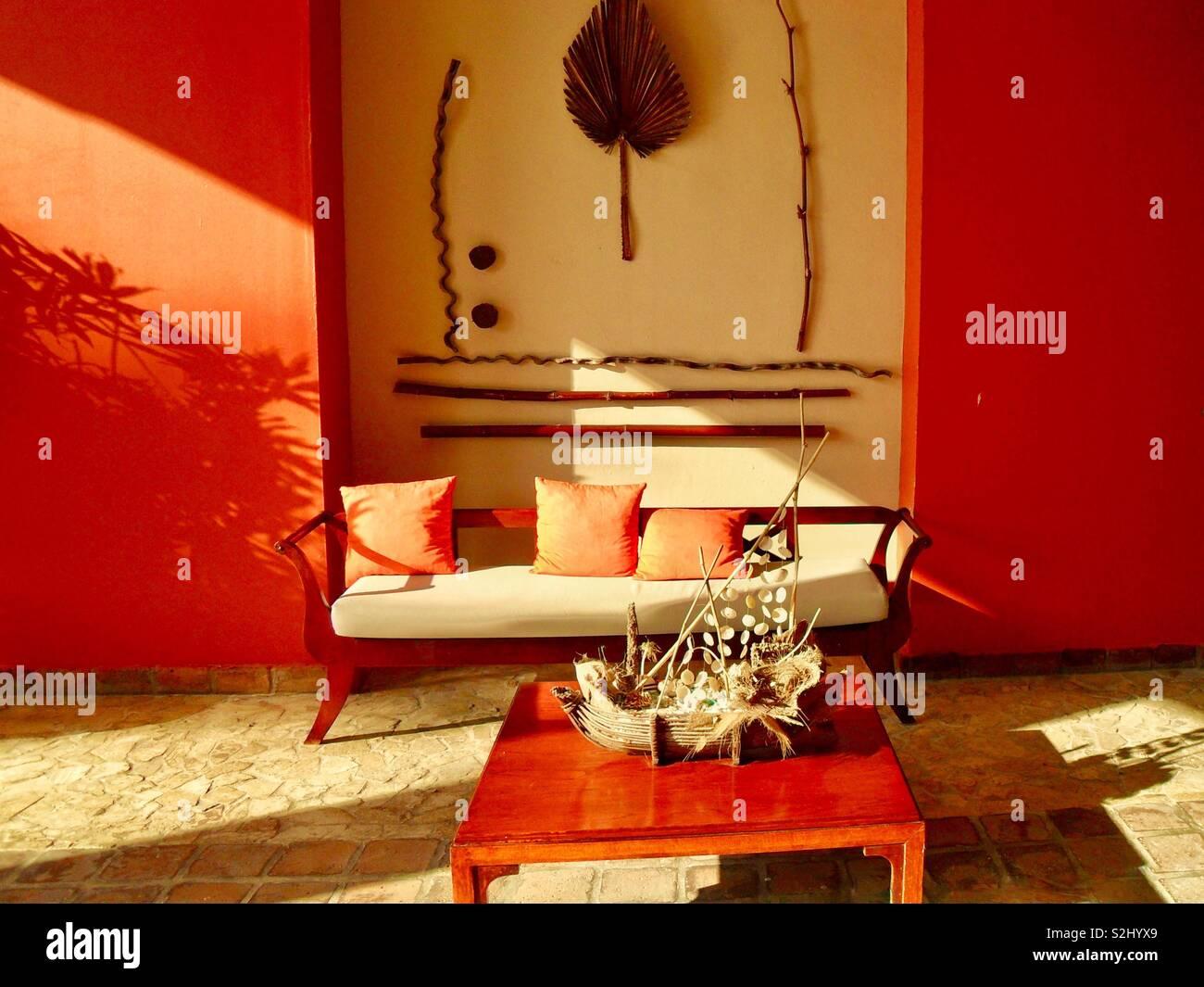 Vuoto lo spazio vivente con decorazioni tribali e colori forti Foto Stock