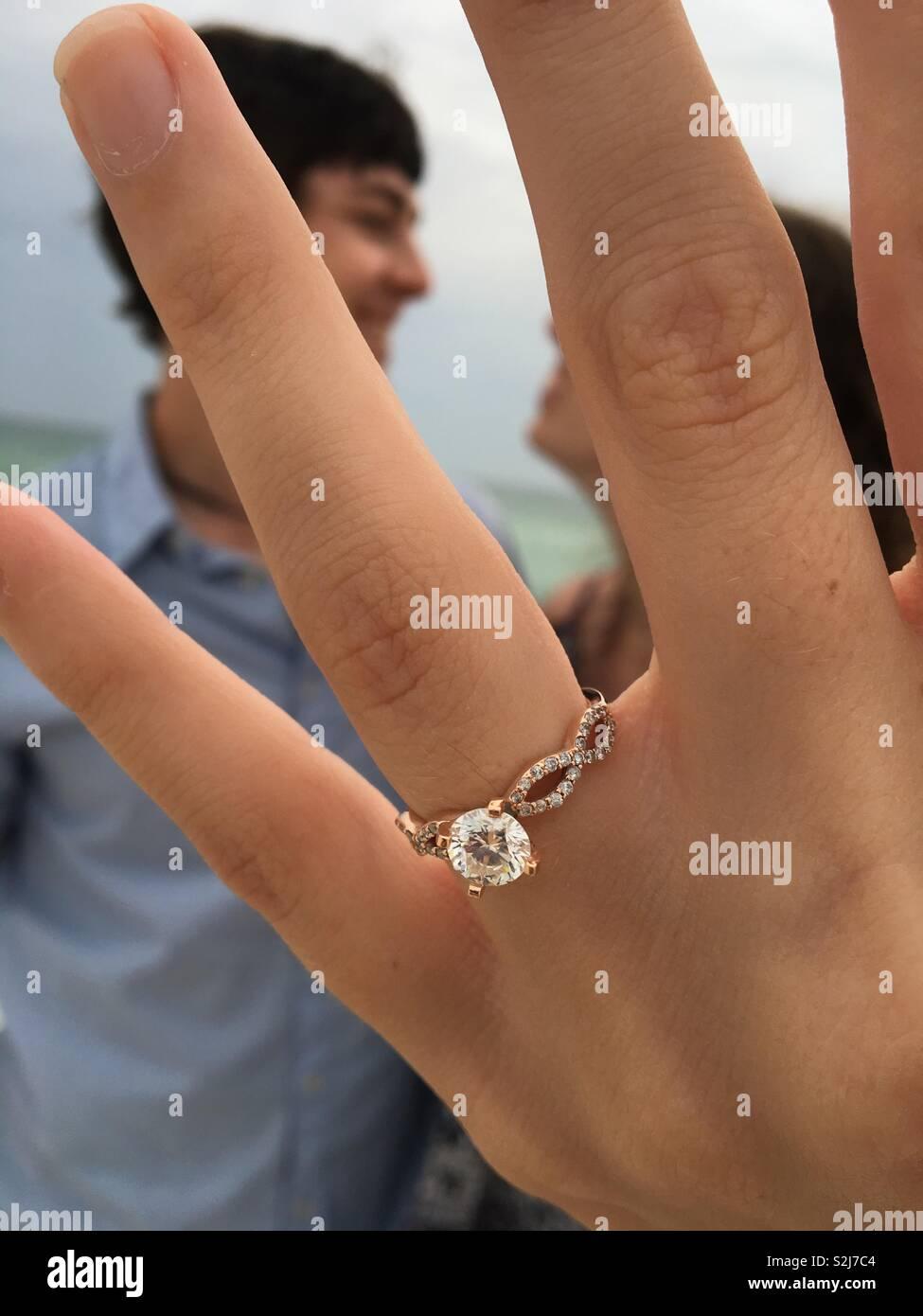 Fidanzati e il suo anello di fidanzamento Immagini Stock