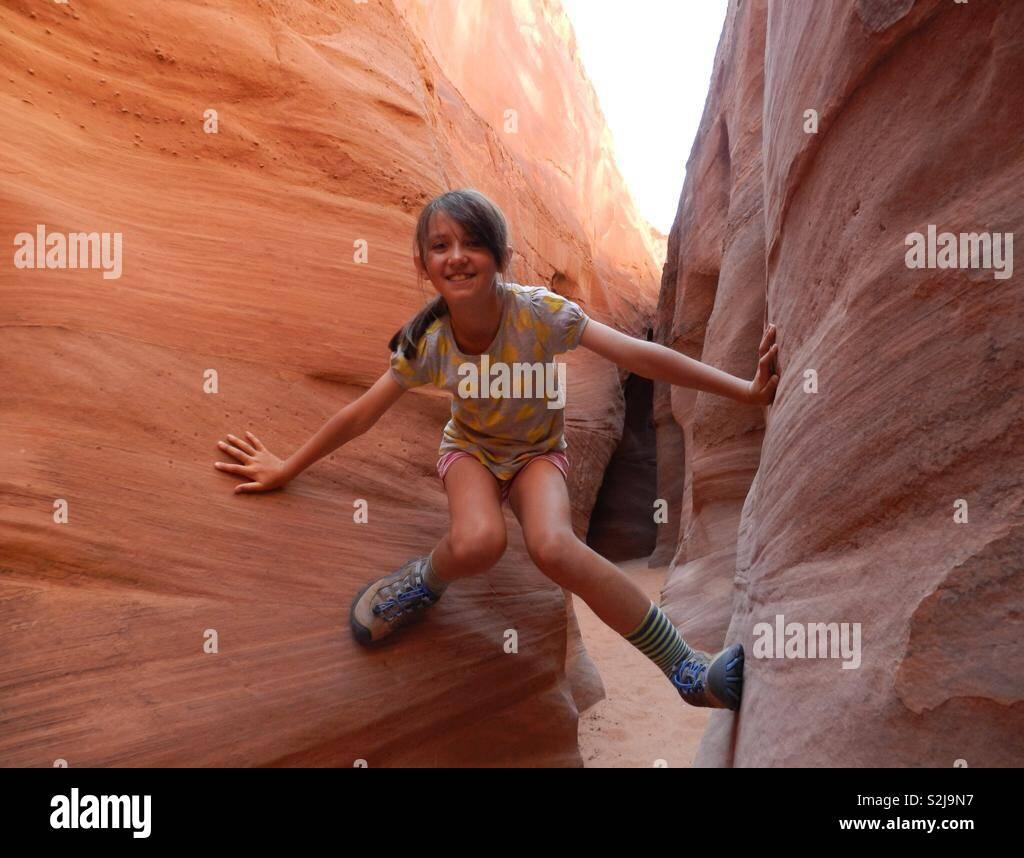 Ragazza escursionismo nello slot canyon in grande scala Escalante National Park nello Utah, Stati Uniti d'America Foto Stock