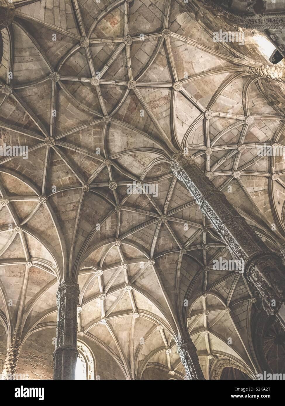 Gli antichi soffitti a volta di una chiesa nel monastero. Immagini Stock