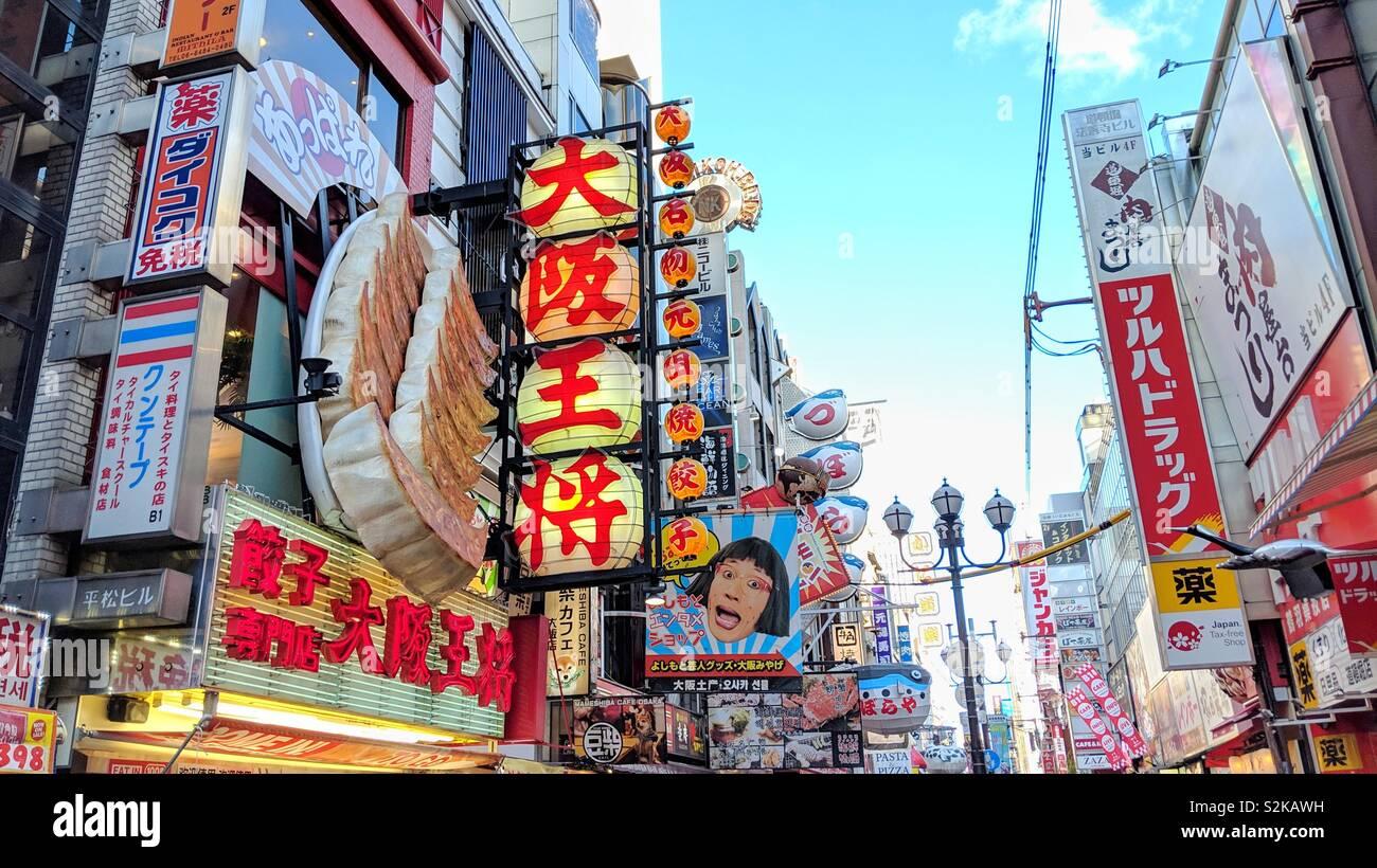 Giant gyoza signage su un colorato street a Osaka, Giappone Foto Stock