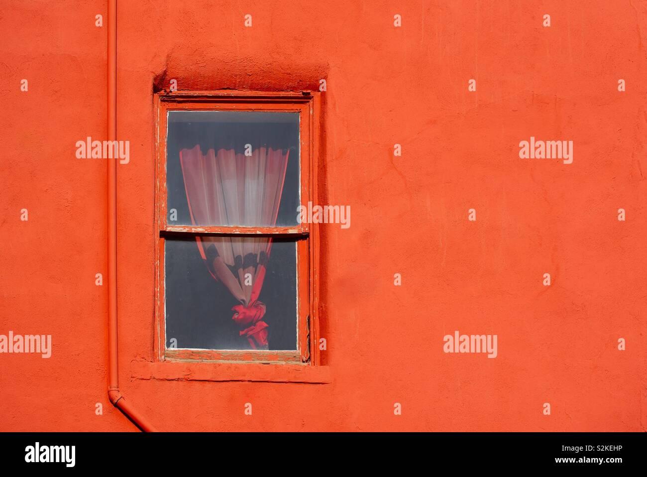 Parete rossa con finestra Foto Stock