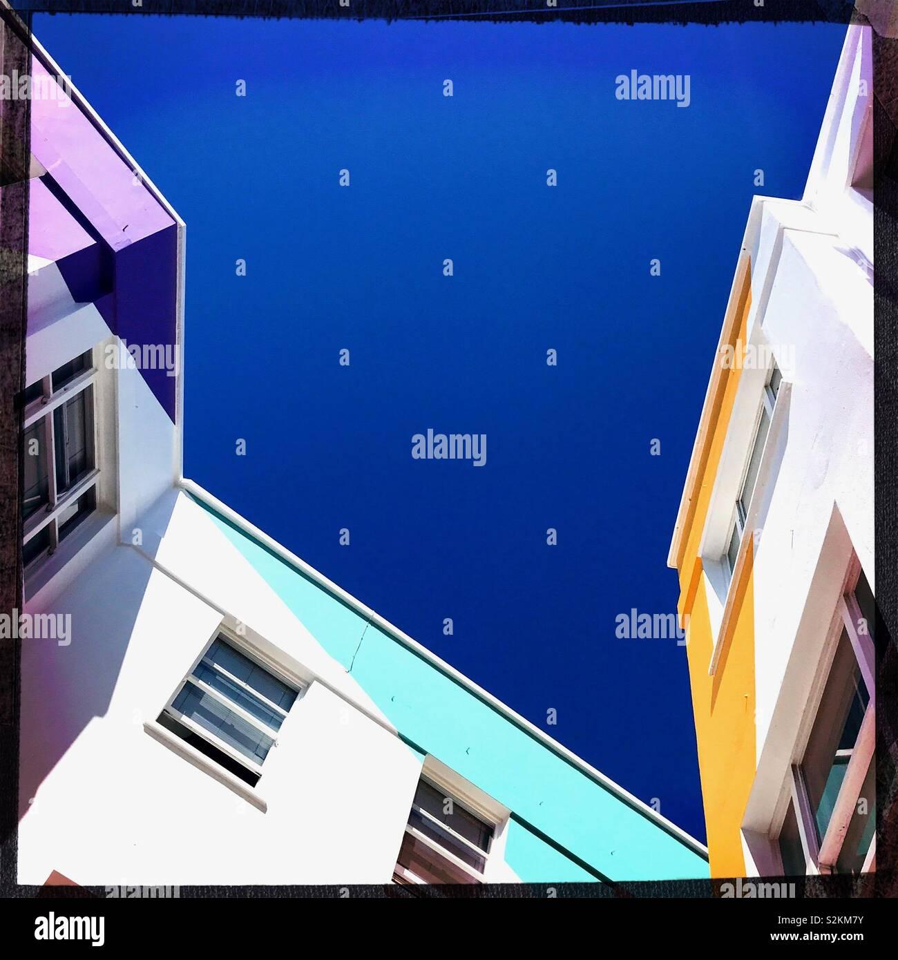 Brighton cielo blu e gli edifici colorati Immagini Stock