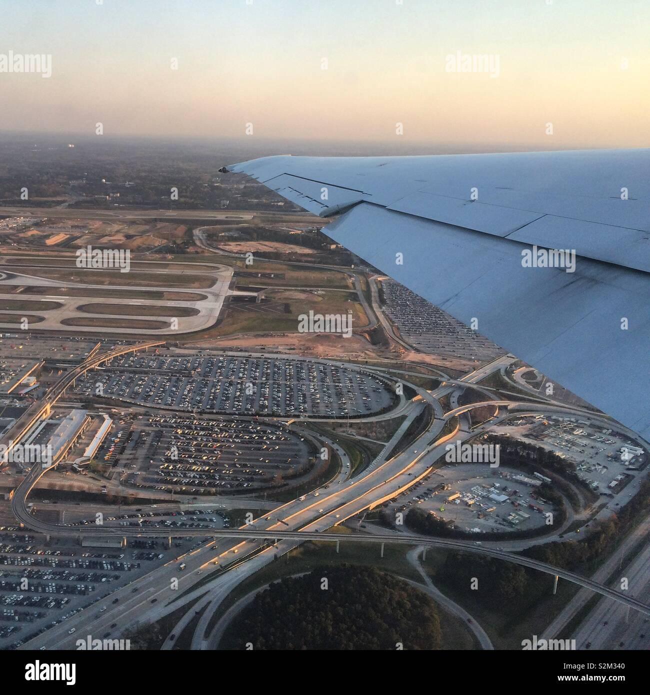 Vista di autostrade e il paesaggio è sotto un'ala di aeroplano Immagini Stock