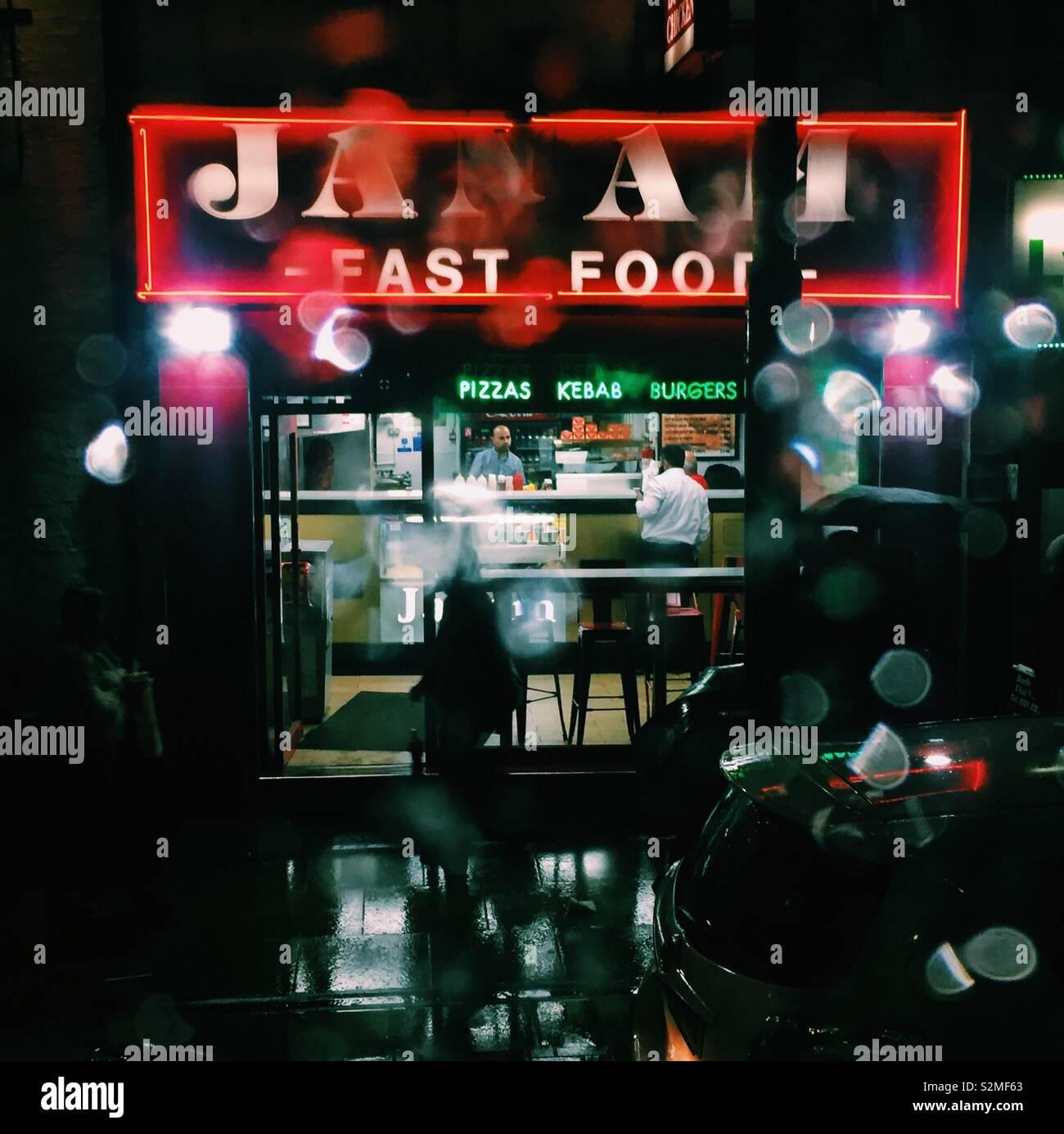 Un ristorante fast food da asporto su una notte piovosa Foto Stock
