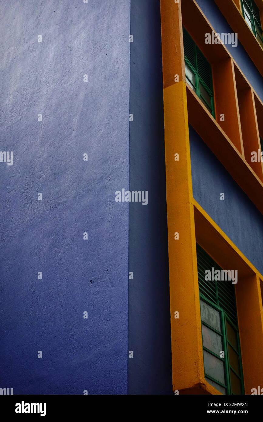 Blu e arancione se la facciata di un edificio di appartamenti in Singapore. Bellissima architettura multicolore. Immagini Stock