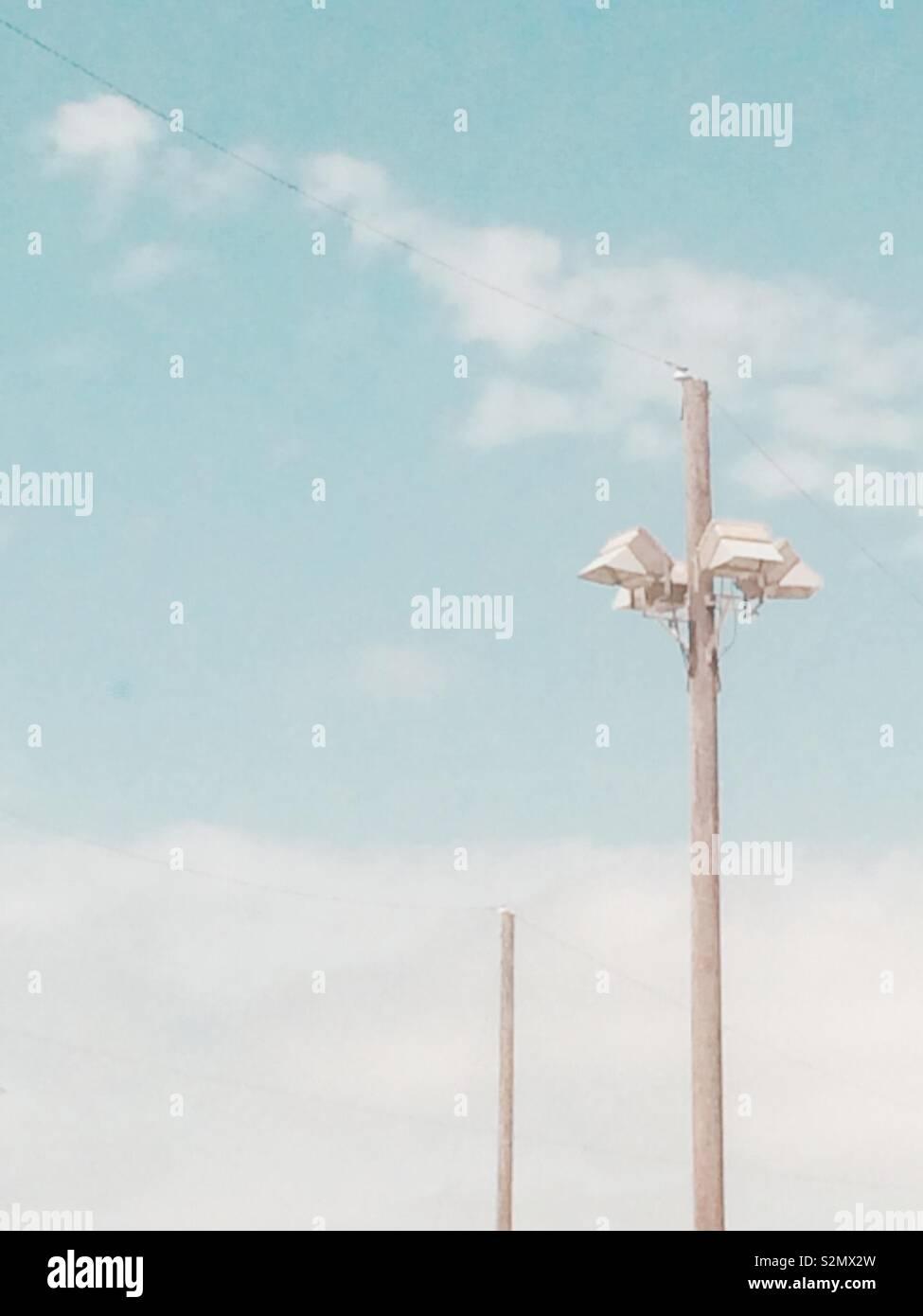 I pali della luce contro il cielo blu Foto Stock