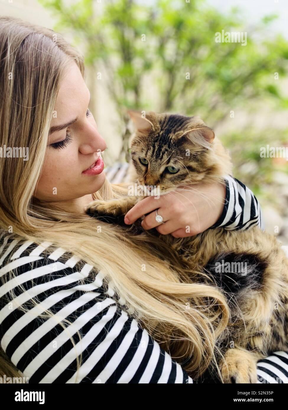 Piuttosto giovane donna con il suo gatto Foto Stock
