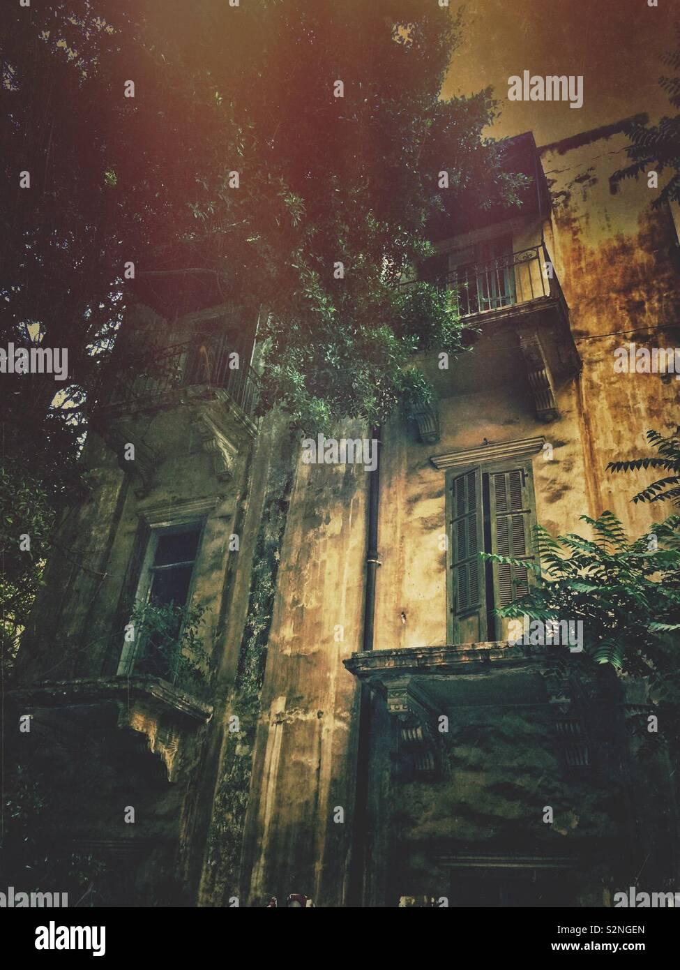 Edificio abbandonato facciata Foto Stock