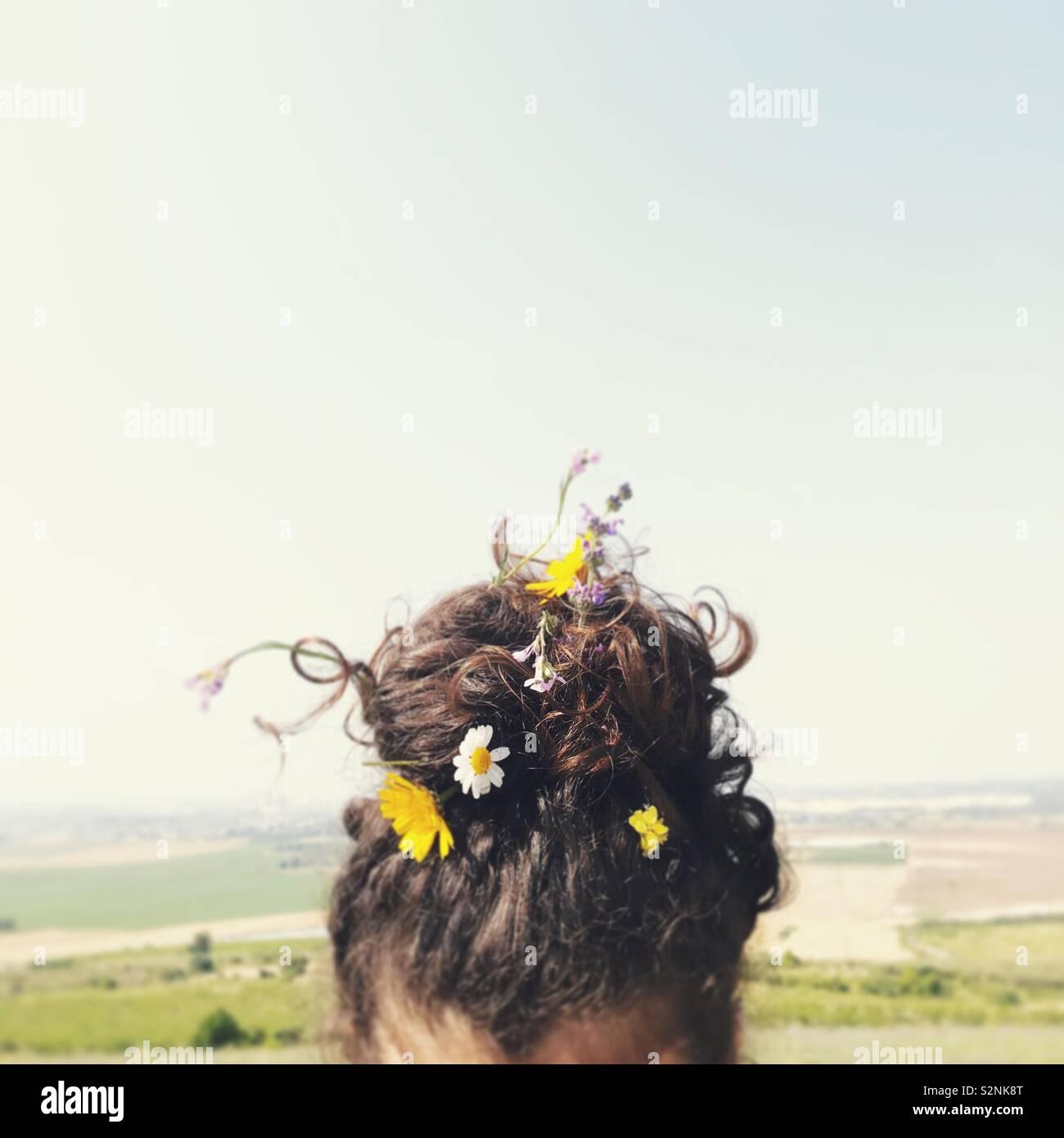 Fiori nei suoi capelli Foto Stock