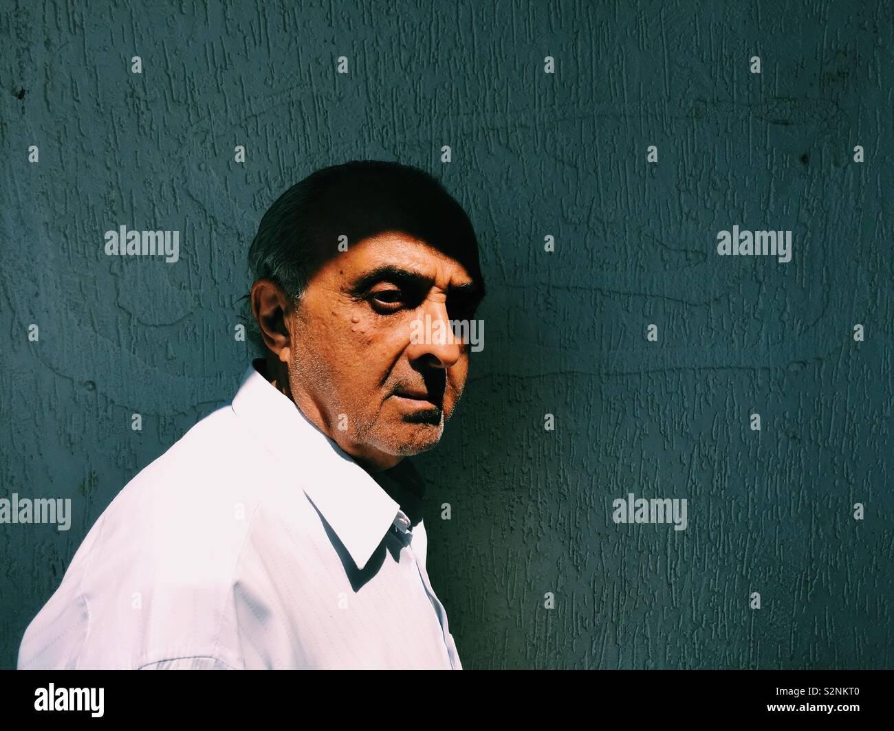 Triste uomo anziano che guarda lontano Foto Stock