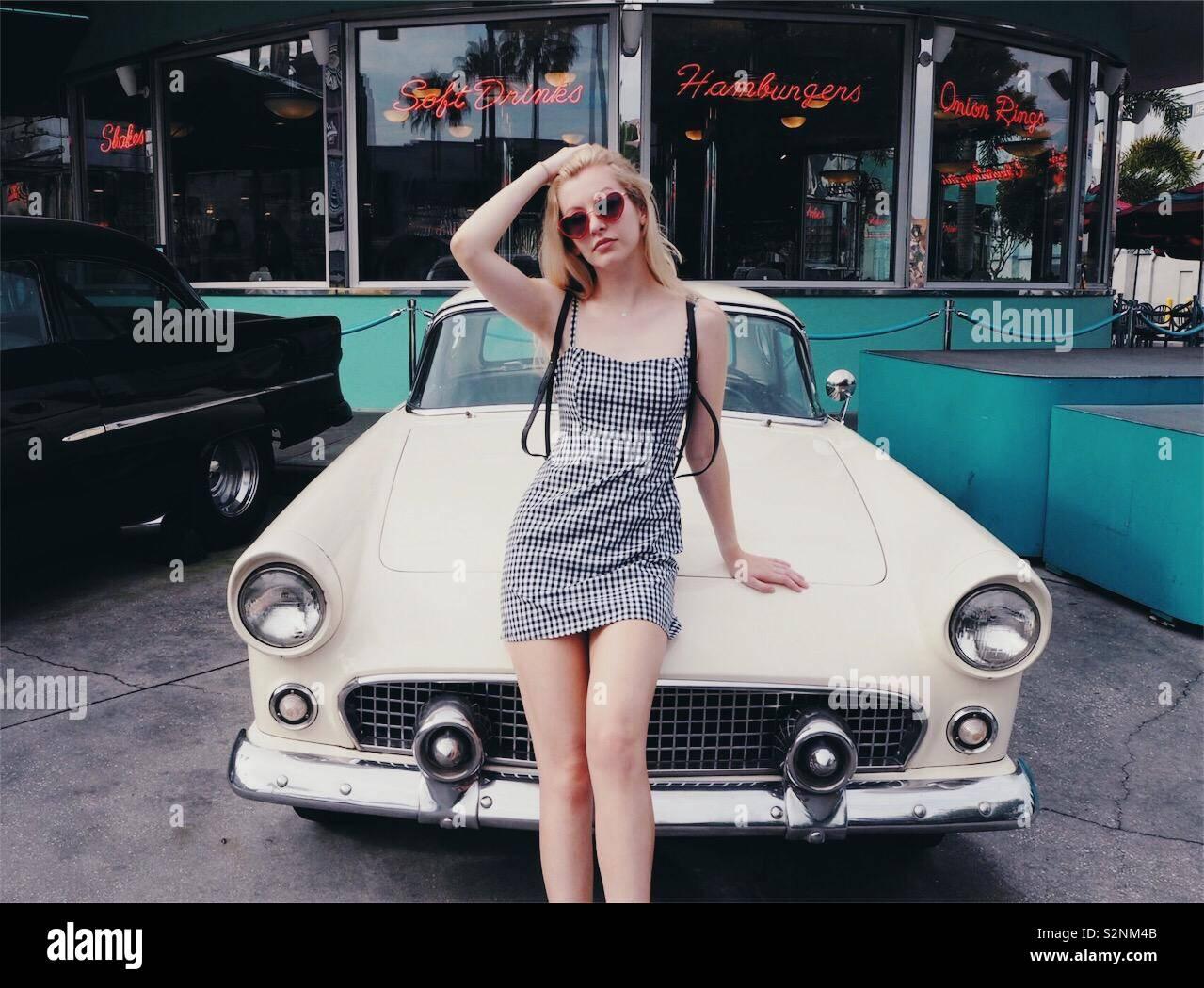 Ragazza bionda con auto d'epoca Foto Stock