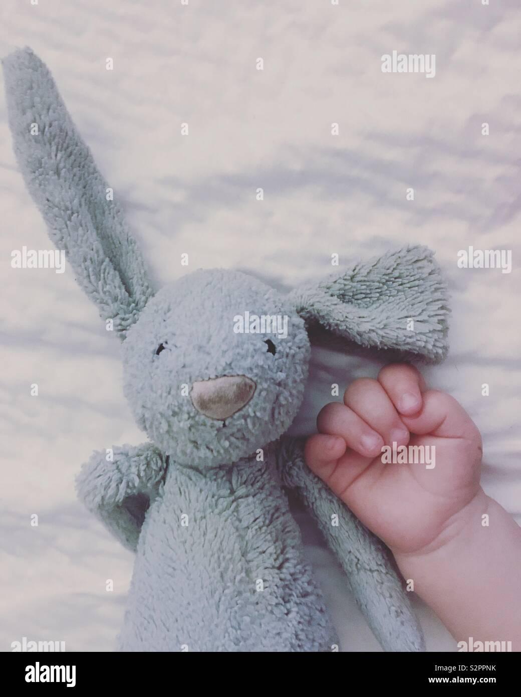 Baby e bunny Foto Stock