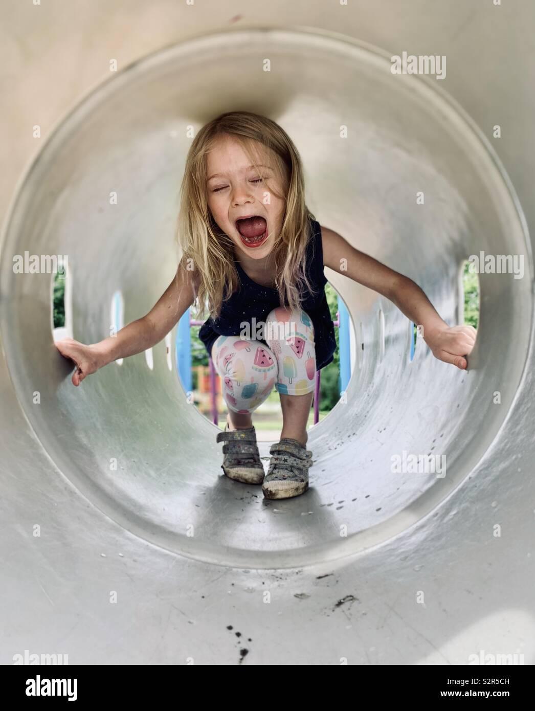 Giovane ragazza ridere e giocare Foto Stock