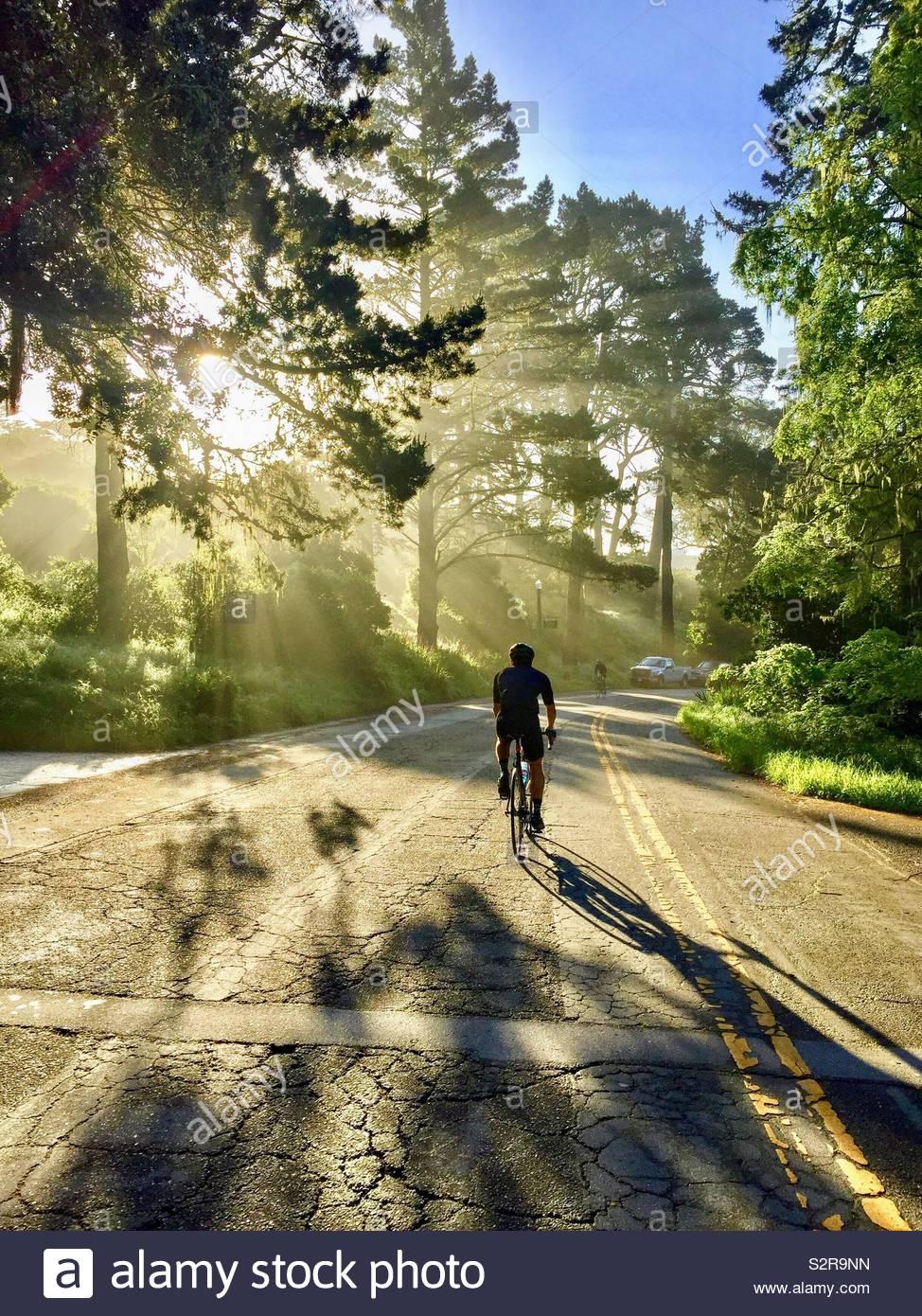 Biker con la luce solare Foto Stock