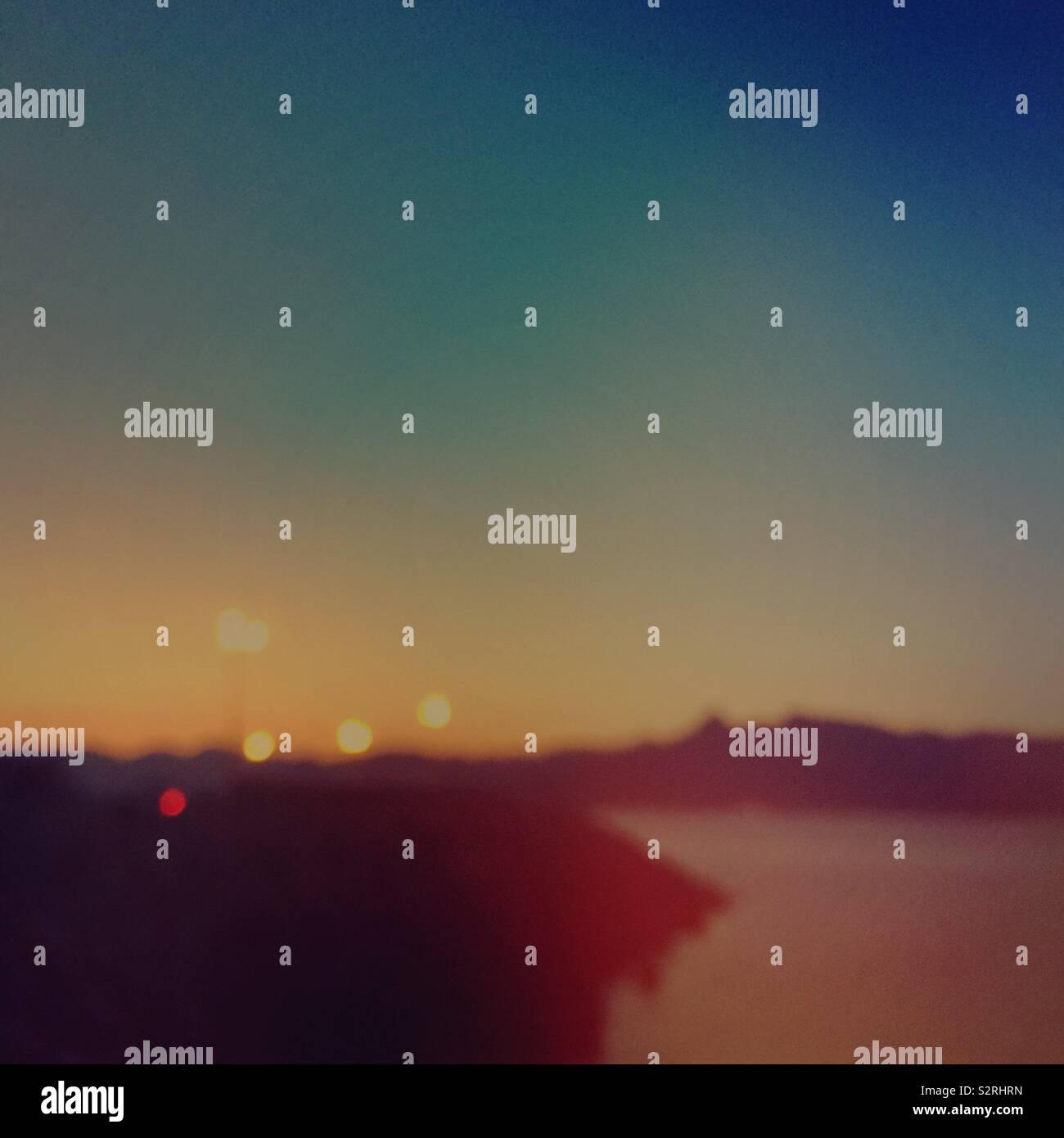 Minima panorama al tramonto con luci al di fuori della messa a fuoco Foto Stock