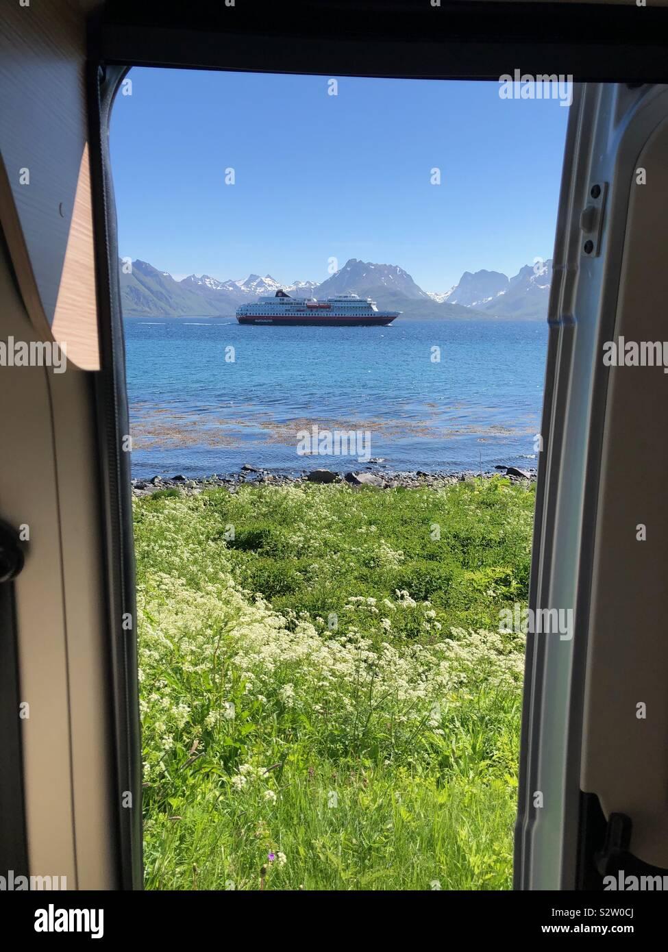Hurtigruten nave che naviga attraverso il fiordo, visto dal camper. Foto Stock