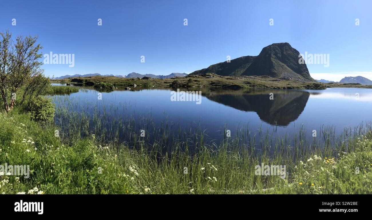 Montare Hoven riflessione, Gimsoya, Isole Lofoten in Norvegia Foto Stock