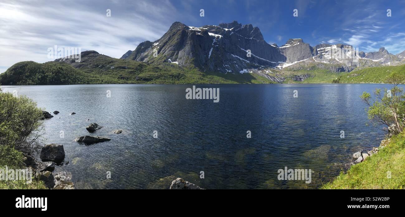 Il paesaggio intorno a Nusfjord, Isole Lofoten in Norvegia Foto Stock