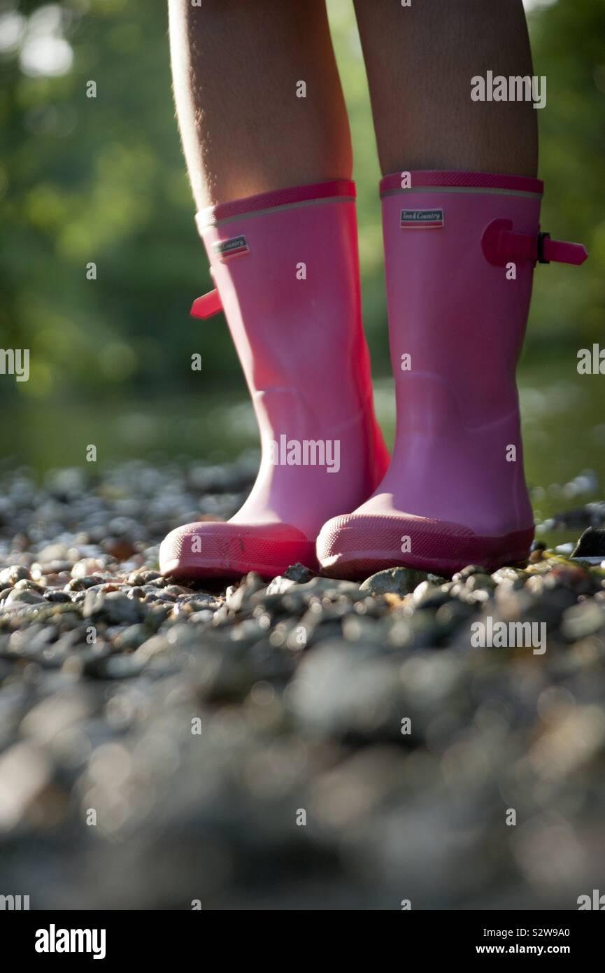 Una coppia rosa luminoso Wellington (wellies) stivali di