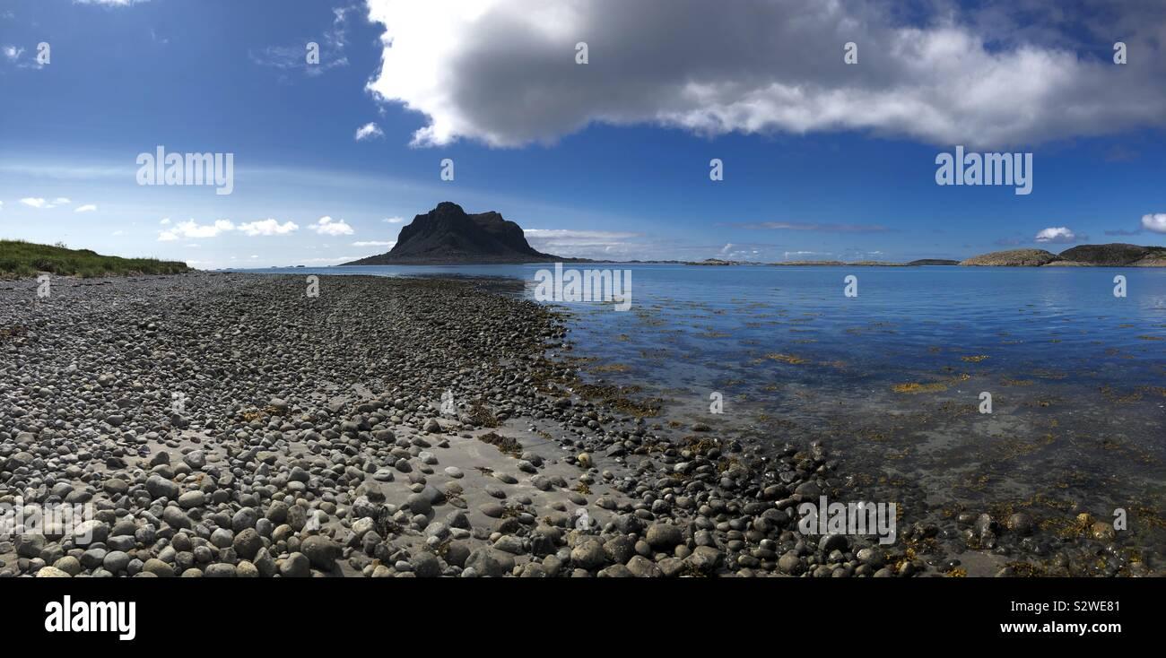 L'isola di Sola si trova al largo della costa della isola di Vega, Norvegia Foto Stock
