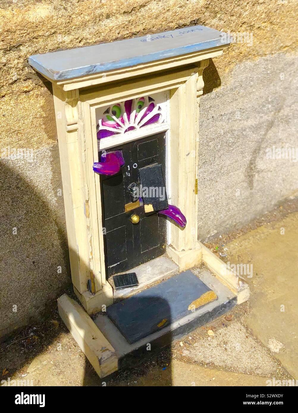Dinky porte hanno la configurazione di una mini serie 10 a Downing Street, Cambridge. Foto Stock