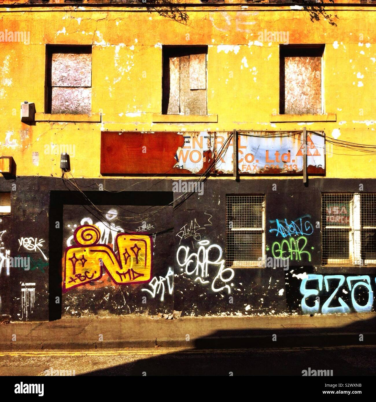 Urban grunge scena di strada con graffiti Foto Stock