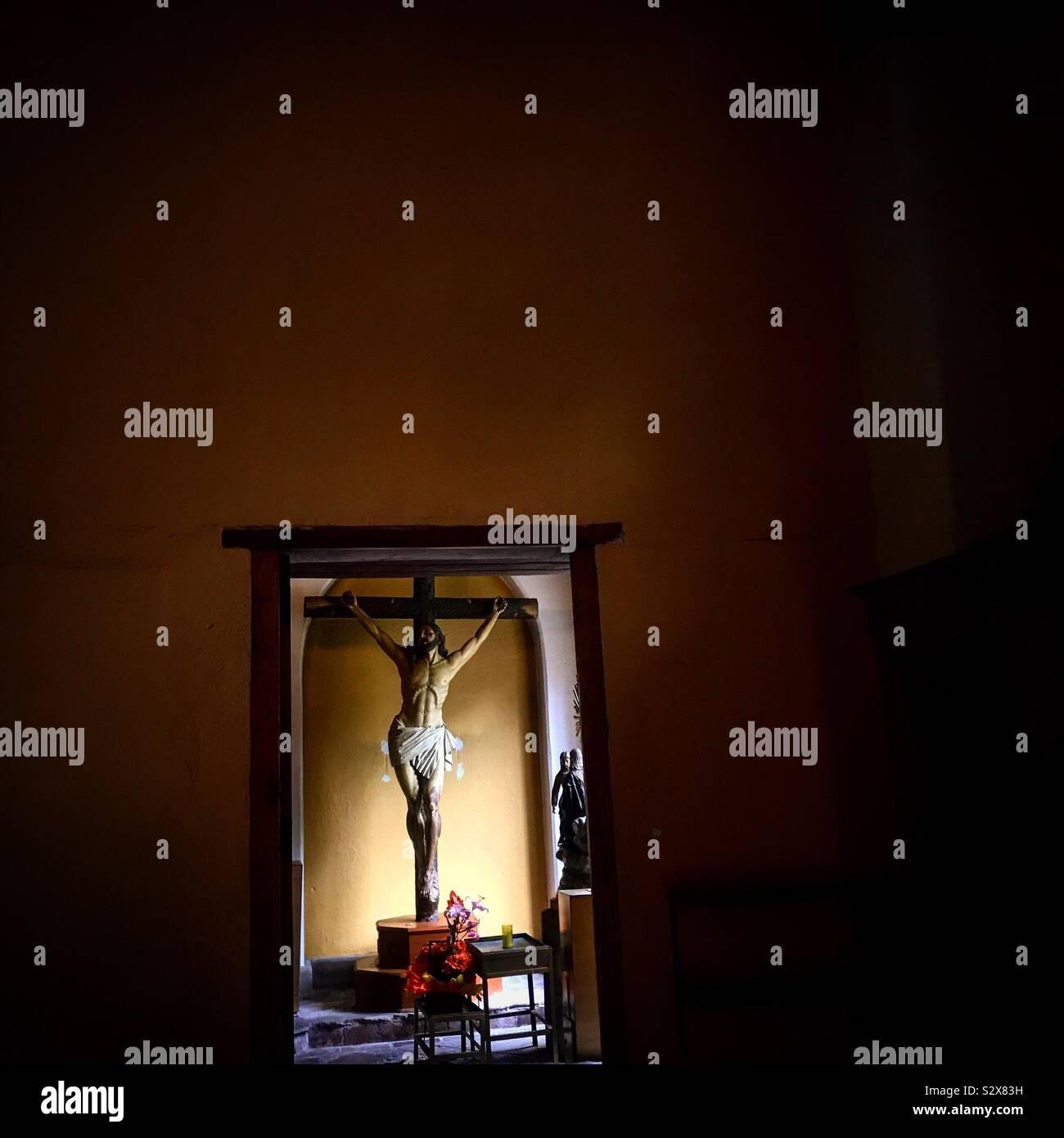 Una scultura di Gesù Cristo crocifisso in una chiesa di San Angelo in Città del Messico, Messico Foto Stock