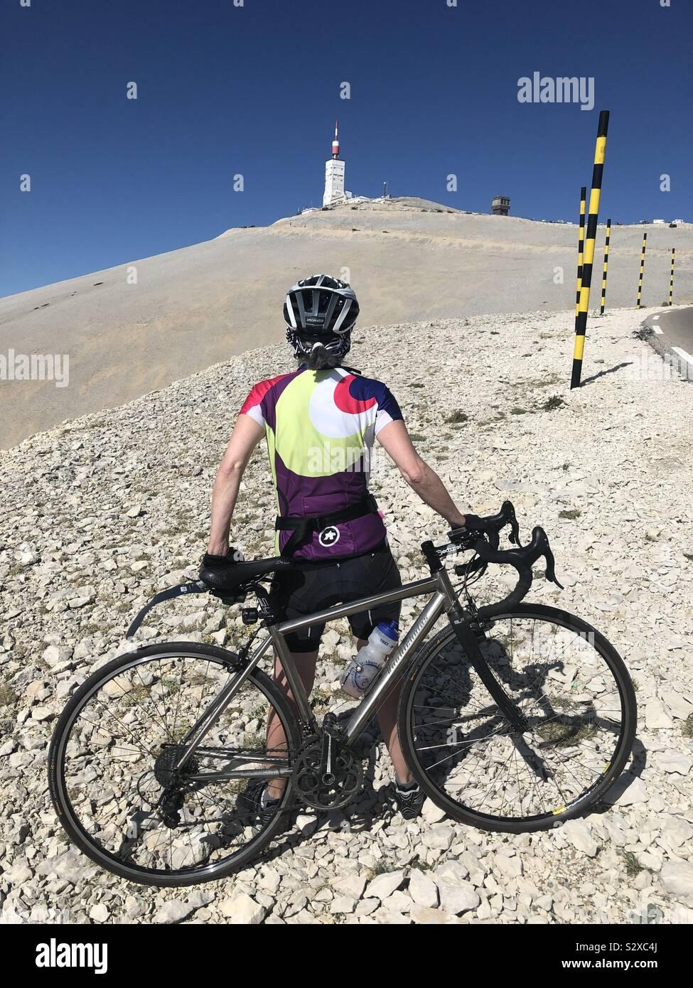 Femmina matura ciclista vicino alla vetta del Mont Ventoux, Provenza, Francia. Foto Stock