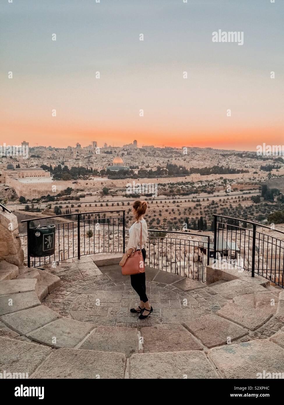 Giovane donna che domina la città di Gerusalemme, Israele, Medio Oriente Foto Stock