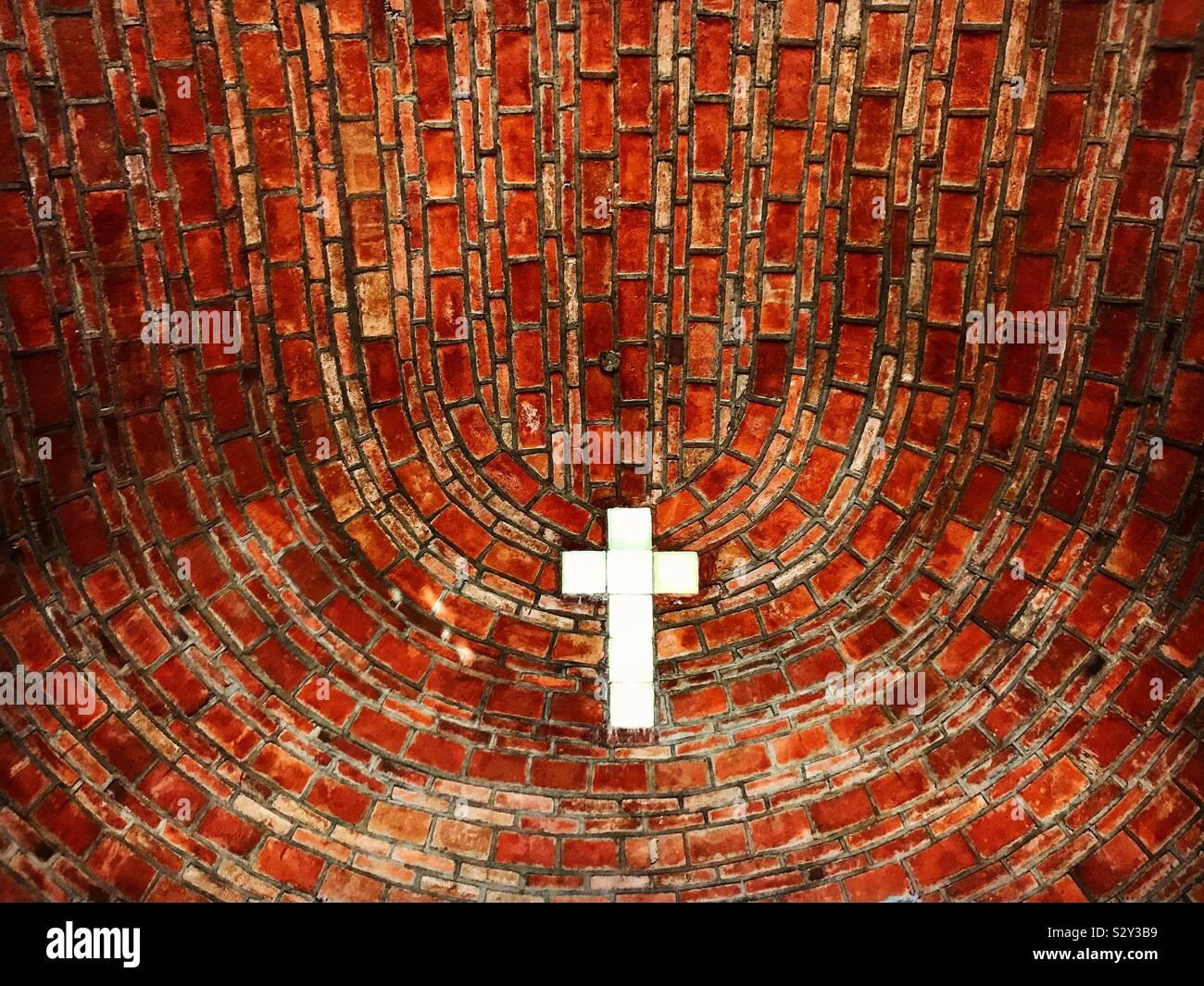 Una finestra con la forma di una croce decora la cappella in Tonatico, Stato del Messico, Messico Foto Stock
