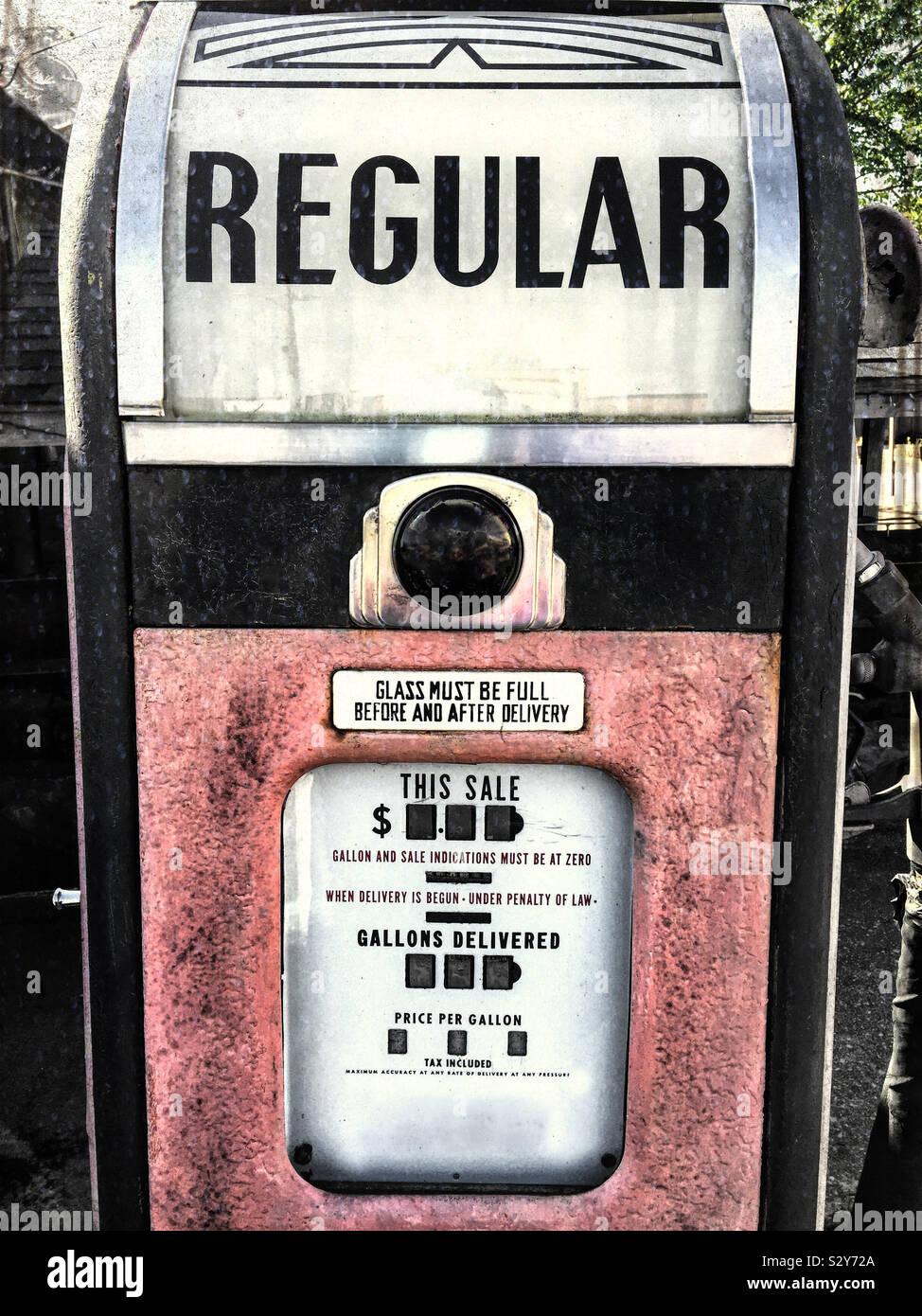Chiusura del pannello anteriore di un'antica stazione di pompaggio di gas. I colori sono sbiaditi ed è ormai obsoleta. Foto Stock