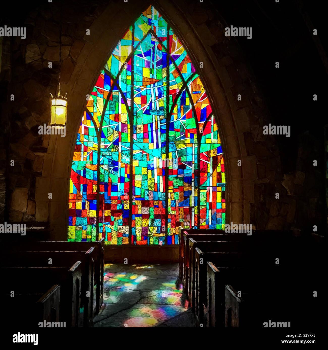 Finestra di vetro colorato e di riflessione all'interno di una vecchia chiesa con trama effetti artistici. Foto Stock