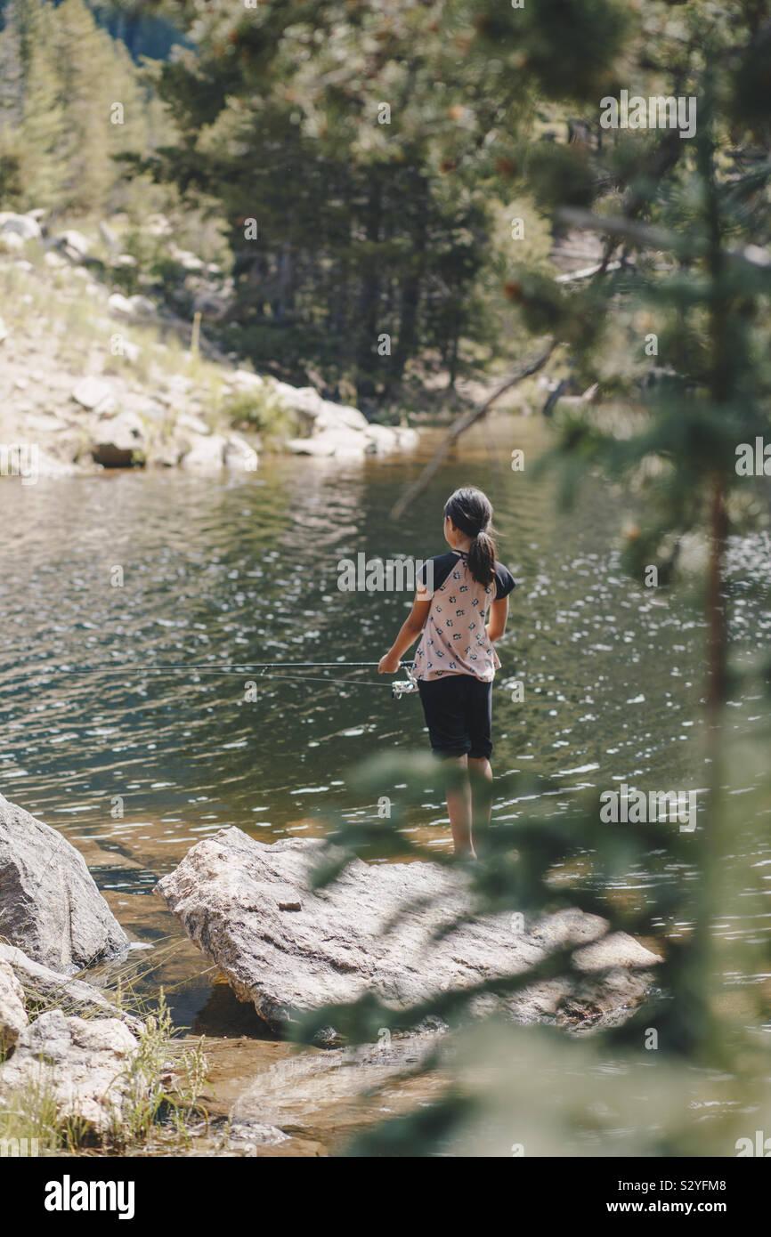 Ragazza giovane la pesca Foto Stock