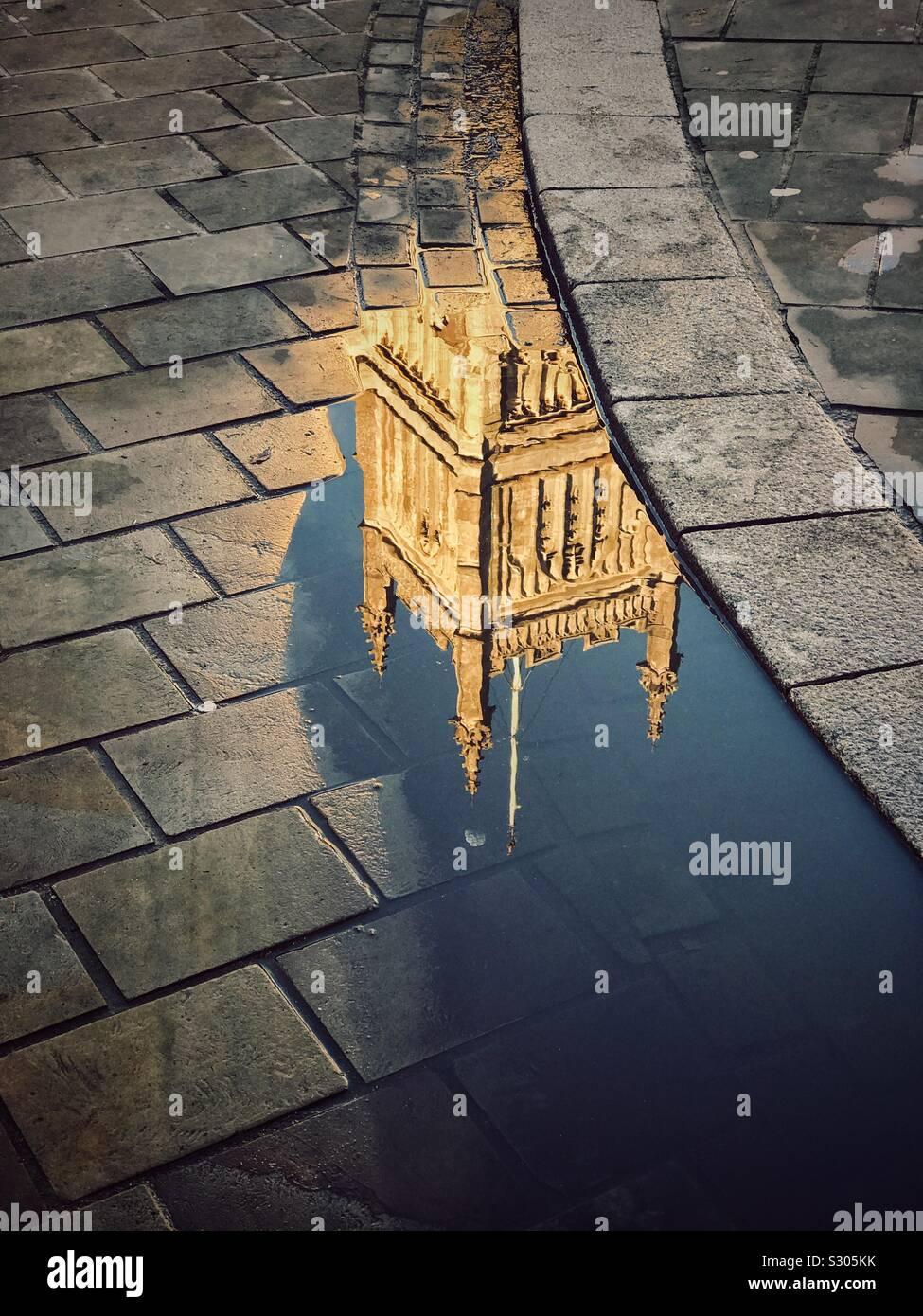 La riflessione di una grande chiesa anglicana del Campanile in una pozza - da qualche parte nel Sud dell Inghilterra. Credito foto - © COLIN HOSKINS. Foto Stock