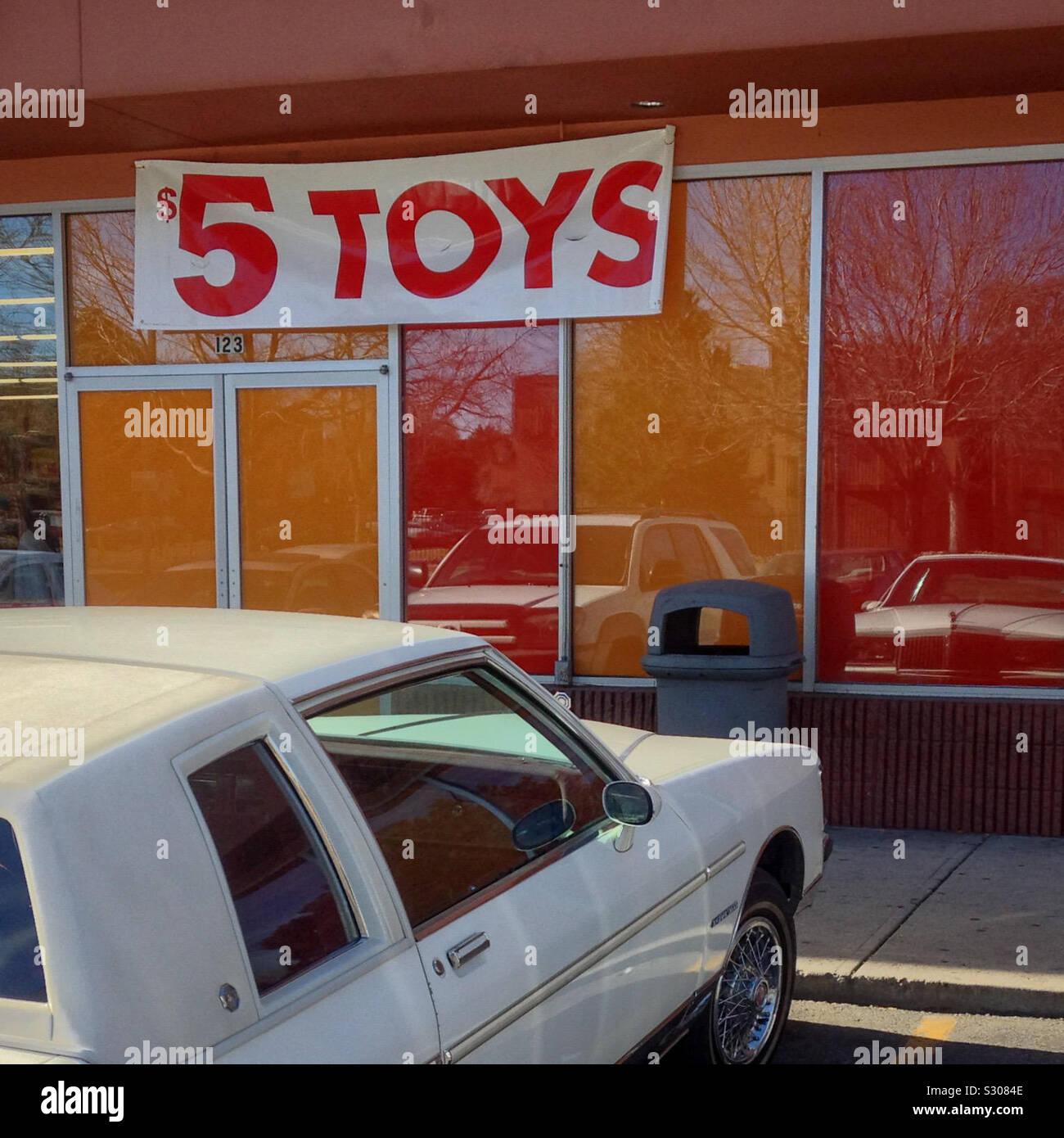 $5 giocattoli segno, Aurora, Colorado, Stati Uniti d'America. 2013. A buon mercato negozio di giocattoli. Foto Stock