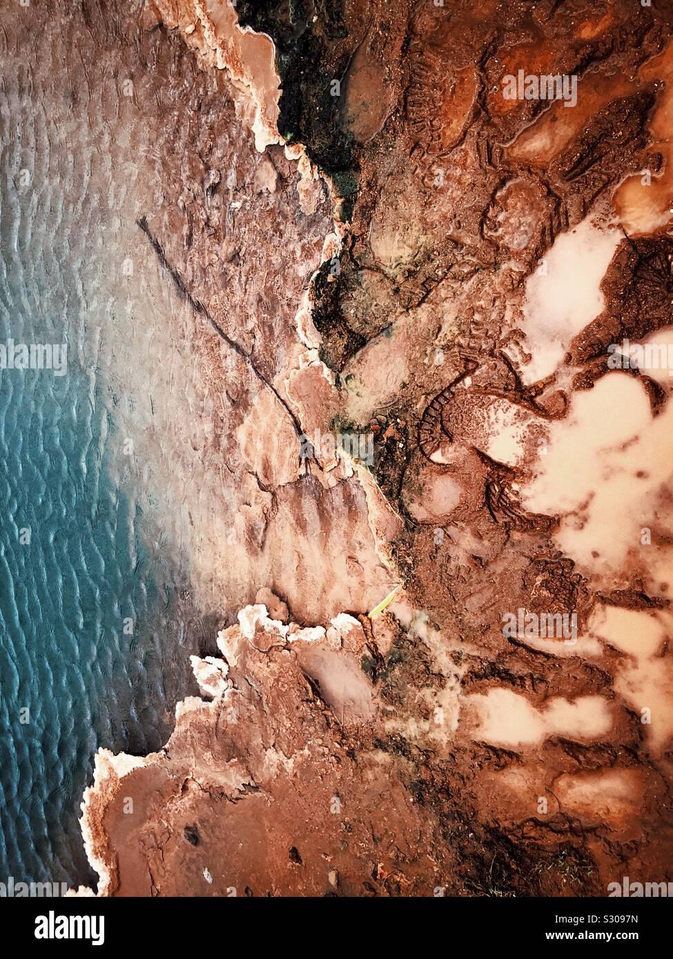 Ferro suoli ricchi di sorgenti calde in Islanda Foto Stock