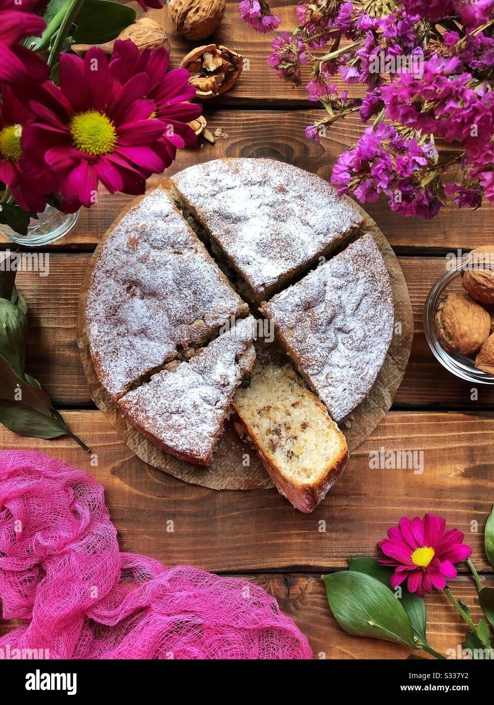 Torta fatta in casa con noci noci noci vista dall'alto Foto Stock