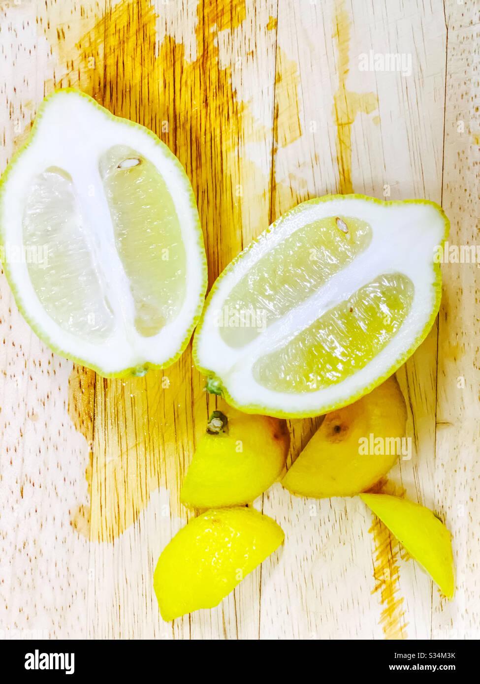 limone fresco tritato sul blocco di taglio del legno Foto Stock