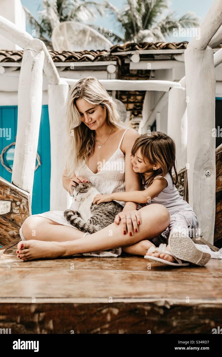 Momma con il suo bambino Foto Stock