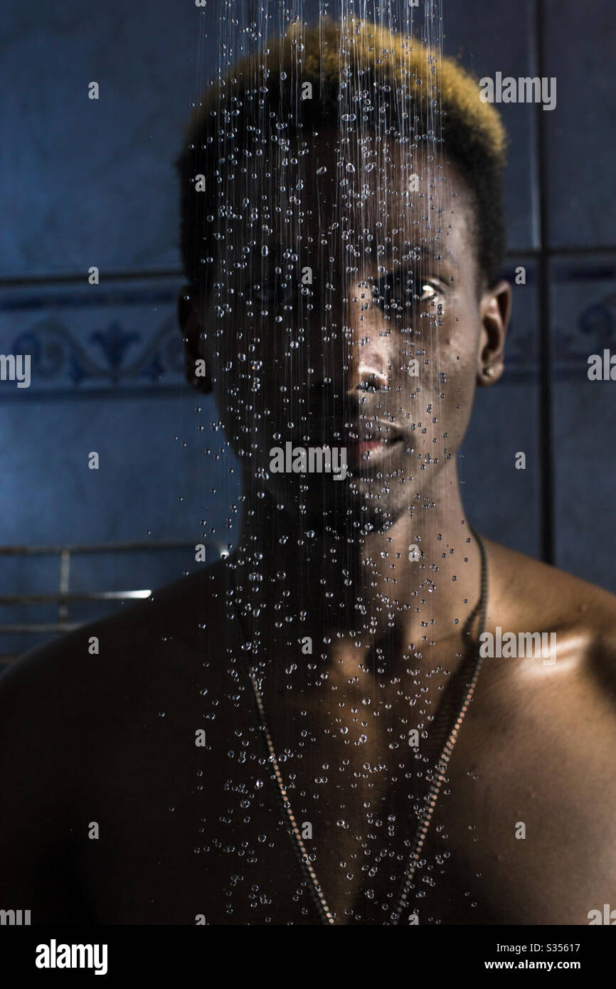 Uomo in piedi che fissa mentre l'acqua sta correndo davanti a lui Foto Stock