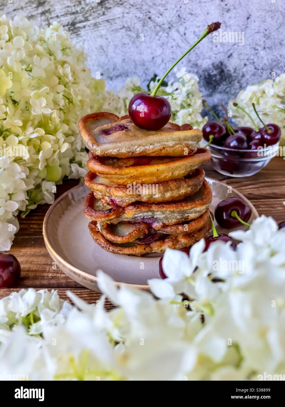 Frittelle o pancake con ciliegie Foto Stock