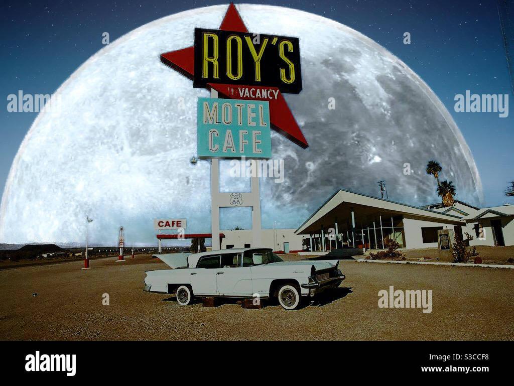 Collage digitale con la luna e foto della città di Amboy in California, route66 Foto Stock