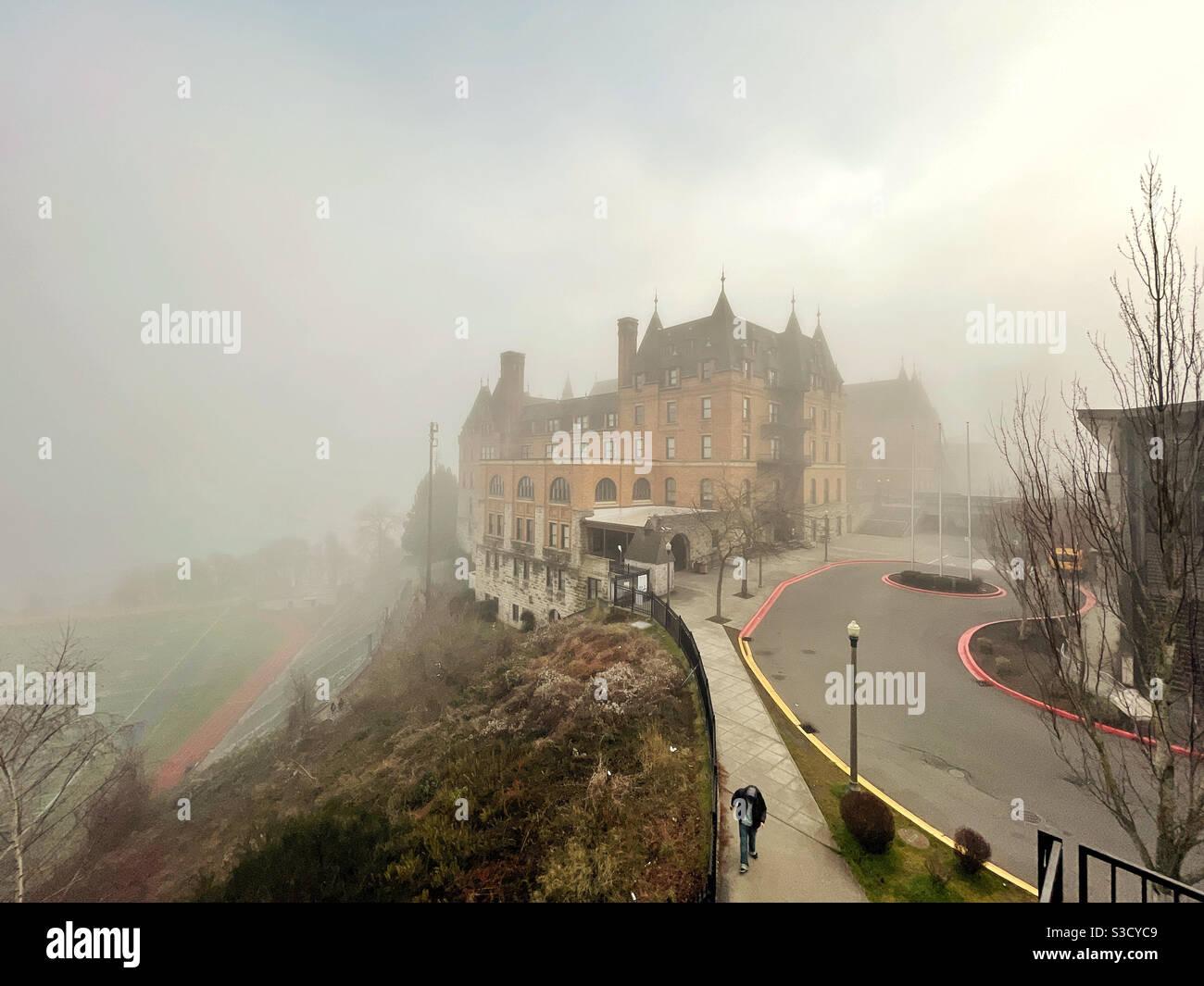 Vista inquietante dello Stadio High School a Tacoma, WA, nella nebbia Foto Stock