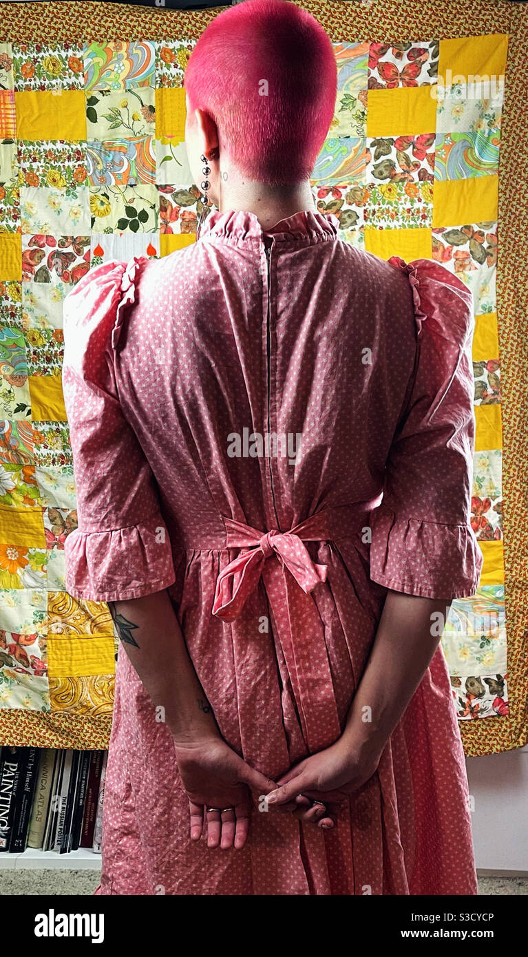 Abito rosa, capelli rosa Foto Stock