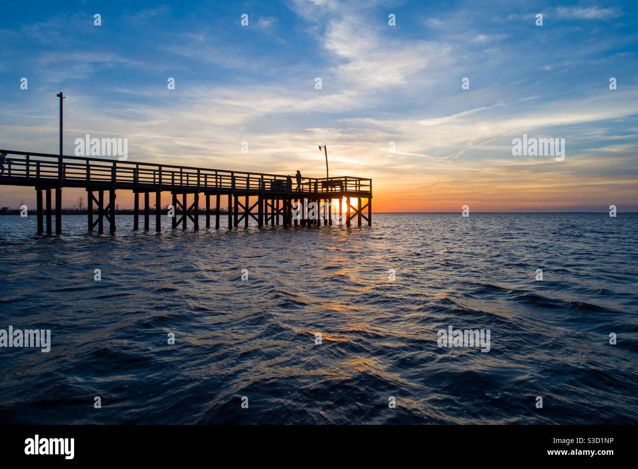 Molo al tramonto nel gennaio 2021 Foto Stock