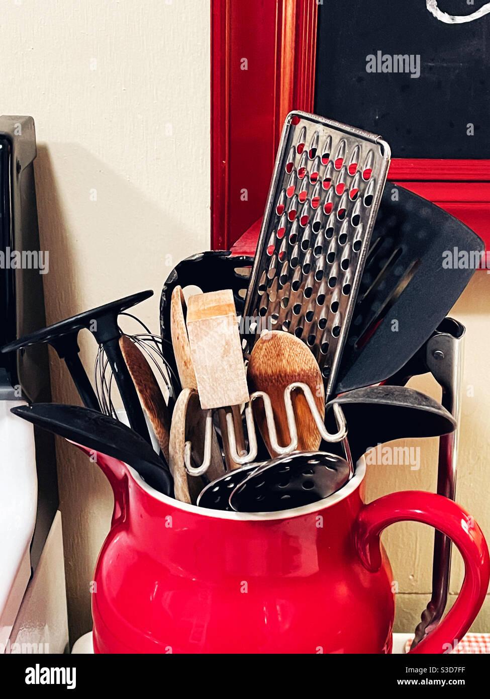 Utensili da cucina in caraffa rossa Foto Stock