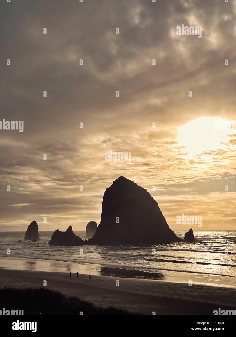 Famoso Haystack Rock a Canon Beach, oregon Foto Stock