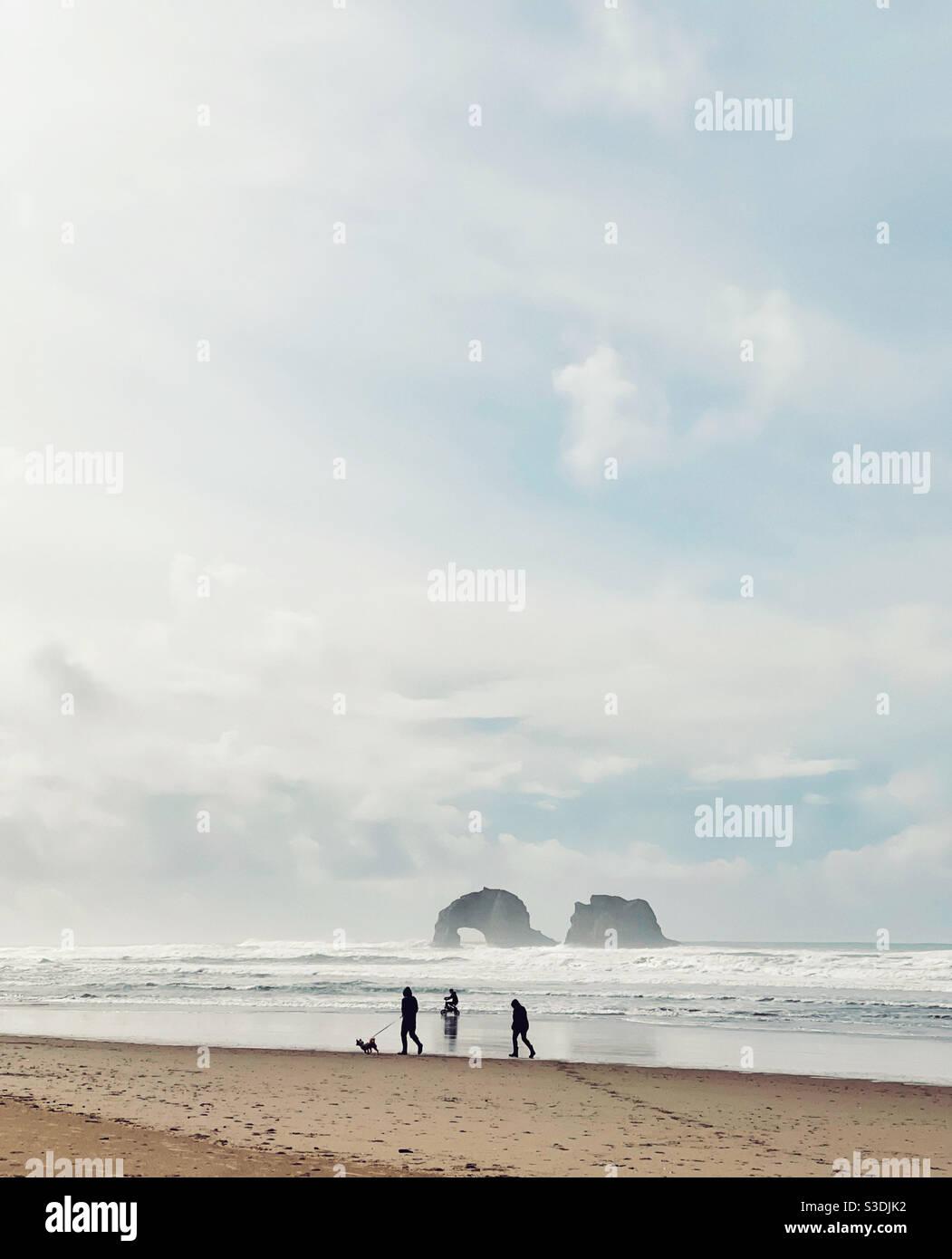 Persone che si godono la spiaggia a Rockaway Beach, oregon Foto Stock
